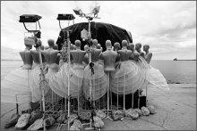 За сценой / Манекены на берегу моря.