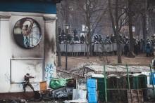 Украинцы в борьбе за европейские ценности / Протестующие атакуют силы милиции на улице Грушевского. Сегодня днем.