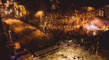 Киев 20.01.2014 / Люди расступились перед катапультой, направленной в сторону кордона милиции.