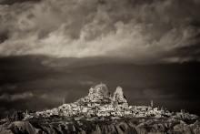 Сиврикайя / Сиврикайя - огромный монолит скалы, похожий на башню, высится в центре поселения Ортахисар. Крепость-скала высотой 86 метров имеет 10 этажей и вся усеяна ходами словно пчелиный улей. Внутренние скальные помещения обнажились вследствие обвалов, происходивших когда-то в скале. В них испокон веков живут люди.