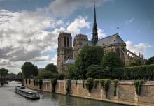 Нотр-Дам де Пари / Собо́р Пари́жской Богома́тери  — католический собор в центре Парижа, духовное «сердце» французской столицы, расположен на острове Сите. Строился с 1163 по 1345 гг.В архитектуре собора проявляется двойственность стилистических влияний: с одной стороны,присутствуют отголоски романского стиля Нормандии со свойственным ему мощным и плотным единством, а с другой, — использованы новаторские архитектурные достижения готического стиля, которые придают зданию легкость и создают впечатление простоты.
