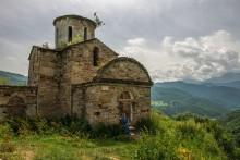 Сентинский храм и прихожанка... / Христианский храм,возведённый в первой половине Х века на территории современной Карачаево-Черкесии,в окрестностях аула Нижняя Теберда.