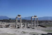 руины древнего Иераполиса. / руины древнего Иераполиса находятся на территории современного турецкого курорта Памуккале и очень популярны среди туристов. Здесь можно познакомиться с античной историей и осмотреть архитектурные шедевры тех времен. Первые сооружения возникли здесь во втором тысячелетии до нашей эры. В 190 году до нашей эры царем Пергама Евменом II здесь был построен новый город. Спустя шестьдесят лет Иераполис стал частью Римской империи.
