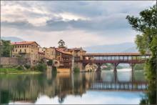 """Родина итальянского самогона / Италия. Венето. город Бассано-дель-Граппа - родина итальянского виноградного самогона, который так и называется """"Граппа"""". Город находится у подножия горы Граппа, которая дала название городу и крепкому напитку.  Деревянный мост через реку Брента называется Понте-дельи-Альпини  сентябрь 2013"""