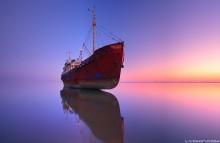 Обретший покой / Говорят, Каспий дышит. Уровень воды в нем подвержен изменениям. За последний год вода отошла от берега, обнажив все, что ранее покоилось на дне и не было доступно глазу. Благодаря этому я смог подойти к севшему когда-то на мель, обретшему покой старому кораблю совсем близко и сфотографировать его в предрассветной тишине. Апшеронский полуостров, Азербайджан, 2014