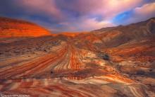 Линии тысячилетий / Фотография сделана в горах Хызинского района, что в 100 км от города Баку. Интересен ландшафт этих гор. Из-за разнообразия различных геологических слоев холмы имеют желто-красный цвет. По мнению ученых, подобный геологический ландшафт существует еще только в Долине Смерти в США.
