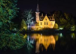 Ночной замок на озере Любви / Замок в парке Minnerwater. Брюгге, Бельгия