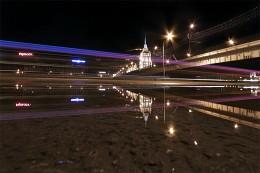 Осторожно! Двери закрываются / Снято в Москве, ночью, без штатива в отражение лужи :)
