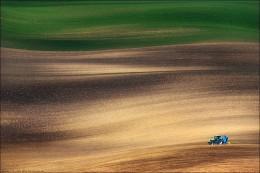 """/ FIELD RUNNER / / """"Трактор мчался по полю, слегка попахивая"""" © выдержка из сочинения школьника :)  P.S. Южная Чехия, весна 2015 http://fototour.by/south-moravia/ ."""