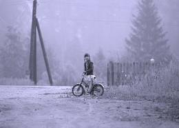 Девочка на фоне тумана / глубинка Подмосковья