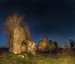 Под звёздами. / Развалины около собора. Село Мыку (Моква). Абхазия.