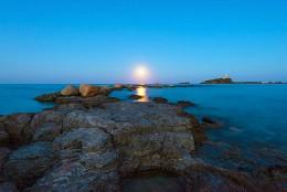 Луна над Норой / Лунный вечер в местечке Нора рядом с одноименным пляжем и городком Пула в Сардинии