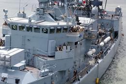 Три цвета: Синий / порт Момбаса швартовка фрегата Кельн