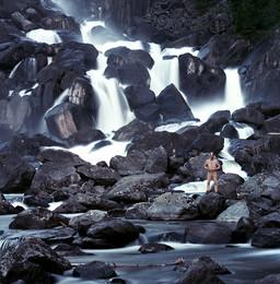 С великаном. / Большой каскадный водопад Учар. Алтай.