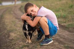 Любовь. / Так любить собаку, что готов задушить ее в своих объятиях, может только ребенок. Так любить ребенка, что готова все терпеть, может только собака.