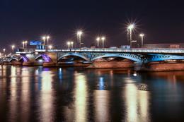 Благовещенский мост / Мост Лейтенанта Шмидта стал первым мостом Санкт-Петербурга. В своей истории мост несколько раз проходил реконструкцию. Самая масштабная произошла в 1930 – е годы, когда существенно расширили проезжую часть, а разводная опора перешла в центр моста. Изначально мост был назван Невским, позже переименован в Благовещенский мост (название происходило от Благовещенской площади, располагавшейся на левом берегу), с 1855 г. строение получило имя Николаевского Моста. В 1917 г. после революции мост вновь был переименован и название Мост Лейтенанта Шмидта сохранилось до начала XXI в., после чего мосту вернули прежнее историческое название.