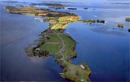 Остров Кижи / С борта вертолёта. Ки́жи — остров в северной части Онежского озера. Известен размещённой на острове экспозицией музея-заповедника «Кижи», в том числе архитектурным ансамблем Кижского погоста.