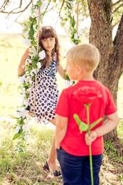 В саду.... / Мальчик и девочка.