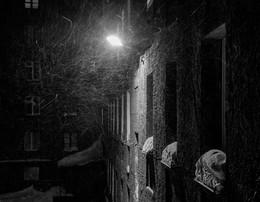 Где эта улица, где этот дом / Здесь на зуб зуб не попадал..