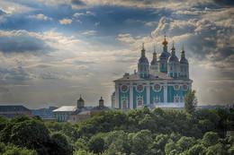 Возвышаясь над городом / Собор Успения Пресвятой Богородицы — кафедральный собор Смоленской епархии Русской православной церкви.