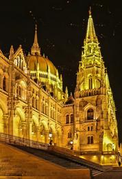 Вечерняя прогулка около венгерского Парламента / Будапешт