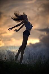 Сон / Я хочу взлететь как птица, Выше неба, дальше звезд, Чтоб порхать и веселиться В облаках волшебных грез.  Быть свободной, словно ветер, Теплой, ласковой всегда, Без преград летать по свету Сквозь пространства и века.  В радуге бы искупаться, В каждом из семи цветов. И по лугу пробежаться Меж ромашек, васильков.  Взволновать пшеницы поле, Снова взмыть и с высоты Пронестись над гладью моря, Спрятаться в тени листвы.  Я летаю, словно птица, Растворяясь в вышине, Не боясь упасть, разбиться. Жаль, что только лишь во сне.