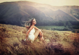 Девушка, горы, ветер. /