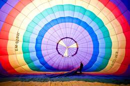 / Пилот готовит воздушный шар к полёту.