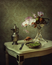 Натюрморт с орхидеей и киви / классический натюрморт