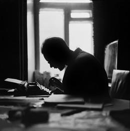 Поэт Михаил Соковнин за работой / Снимок около 1970г. 6x6 Superikonta