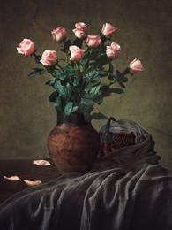 Натюрморт с розовыми розами / классический цветочный натюрморт