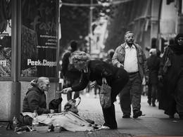 Магия денег / Это фото я сделал в Берлине,несколько лет назад. Эта бездомная женщина с собаками,назвала себя свободным человек с улицы. И сказала,что она полностью счастлива в своей жизни,тем более когда её верные четвероногие друзья накормлены. Она сознательно отказывается от социальной помощи от государства,что ы быть полностью независимой от системы. Наверняка многим из нас будет непонятна её позиция,я думаю я её понял и уважаю её выбор.