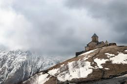 """Монастырь Гелати / На высоте 1600 м, рядом с Казбеком. Грузия. Вот так """"повезло"""" с погодой, Казбека совсем не видно. Но монастырь реально такой суровый."""
