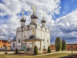 Никольский собор / Зара́йский кремль был выстроен в 1528—1531 по приказу Василия III в небольшом селении Новогородок-на-Осетре.  Уже в 1533 кремль подвергся первому нападению татар. В 1528 деревянный Никольский храм был заменён каменным, и город стал называться город Николы Заразского на Осетре. В 1541 кремль был осаждён ханом Крыма Сахибом I Гиреем, который не смог взять город и был разбит воеводой Назарием Глебовым. Нападения крымцев на город совершались также в 1544, 1570, 1573, 1591.  В XVII в. город стал называться Зарайском. С конца XVII в. кремль теряет оборонное значение. В 1681 году по указу царя Федора Алексеевича внутри кремля вместо обветшавшего каменного был построен кирпичный Никольский храм.