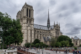 ПАРИЖ / Собор Парижской Богоматери) находитсяСобор Парижской Богоматери в самом сердце города, на острове Ситэ. Ранее, в III- IV веке на этом месте располагался древнеримский храм, а позже, когда римляне закончили своё правление, здесь возвели первую христианскую церковь в Париже. Строительство было начато в 1163 году, однако самую легко узнаваемую часть сооружения, где расположен главный вход, состоящий из трёх массивных дверей, как и две прямоугольные башни, начали строить лишь в 1200 году. Полностью строительство и отделка бала завершена к 1345 году. Несмотря на то, что Нотр-Дам возводили более 180 лет множество архитекторов, первоначальный замысел готического собора был соблюдён. И сегодня мы можем любоваться удивительной симметрией и гармонией сооружения в сочетании со строгостью, ясностью и уравновешенностью.