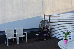 Это я на террасе, в домашней обстановке, в лучах уходящего солнца, т.е. на закате. / Молодой и красивый