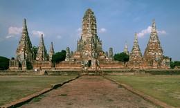 Древний храм Чай Ваттанарам / Снимок сделан в городе Аюттхае (Тайланд) в апреле 2015 года.   Храм Чай Ваттанарам в Аюттхае был возведён в 1630-ом году королём Сиама Прасат Тхонг. Этот храм стал первым построенным святилищем за время правления монарха и был посвящён матери короля, которая в то время жила неподалёку от храма Чай Ваттанарам. Название Чай Ваттанарам в переводе с тайского языка означает буквально «храм славной эпохи и долгого правления». Этот храм был назван королевским, так как именно в нём члены королевской семьи проводили все церемонии и именно в этом храме были кремированы их тела. После того, как на Аюттхаю в 1767 году напали бирманские войска, этот храм был опустошён, и только в конце прошлого столетия была начата реконструкция и восстановление. Для посетителей храм был открыт в 1992-ом году.