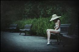Дама в шляпе / Летним утром в парке