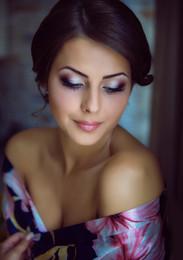 портрет невесты в домашнем интерьере / утро невесты