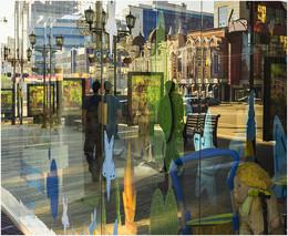 Город, отражения / отражения городской улицы в витринах современного города