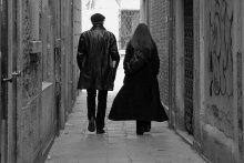 Переулком вдвоем / Прошли мимо. Хорошо шли: фактурная пара. Щелкнул вслед.