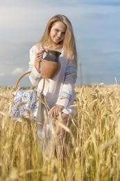 Белорусочка / девушка в национальной одежде в поле. Тематический портрет
