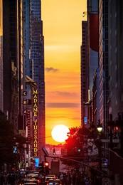 Manhattanhenge / Дважды в год, в Нью Йорке, 28 Мая и 12 Июля, в 8:20 вечера, можно видеть это чудесное явление. Спасибо природе и тем кто проектировал и строил Манхэттан.