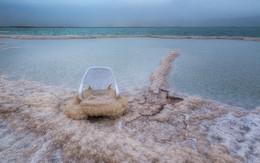 Что-то не так / Сколько по времени должен простоять стул, что бы так выглядеть? Мертвое море, 2016г.