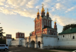 Преображенская надвратная церковь Новодевичьего монастыря. / ***