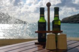 Уксус / Соль в солонке, брызги в море, уксус в бутылках, а шампанское чуть позже поднесут, к десерту...