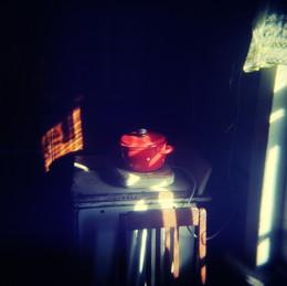 Кастрюля красная на кухне в Овсянниково летом / Кастрюля красная на кухне в Овсянниково летом