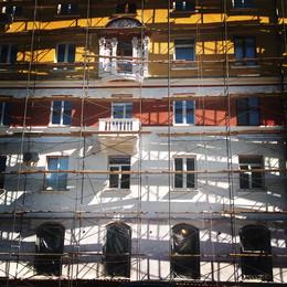 Диалектика города / Строительные леса на здании в полдень