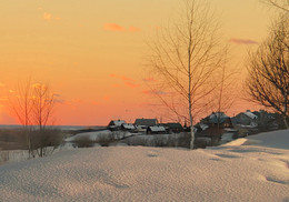 Вот моя деревня / С приходом долгой суровой зимы деревня будто засыпала. Все начинало утопать в сонной тишине. На улицах и во дворах уже не услышишь гоготанья уток и гусей, мычания коров и бычков, блеяния овец и коз, похрюкивания поросят. Лишь громкий, а порой жалобный лай дворовых собак разносится по сонной зимней деревне. Да изредка можно увидеть взъерошенного кота, бегущего через дорогу в спасительное тепло.