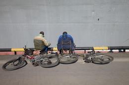 Велосипедическая рыбалка / рыбаки,велосипеды,город,причал